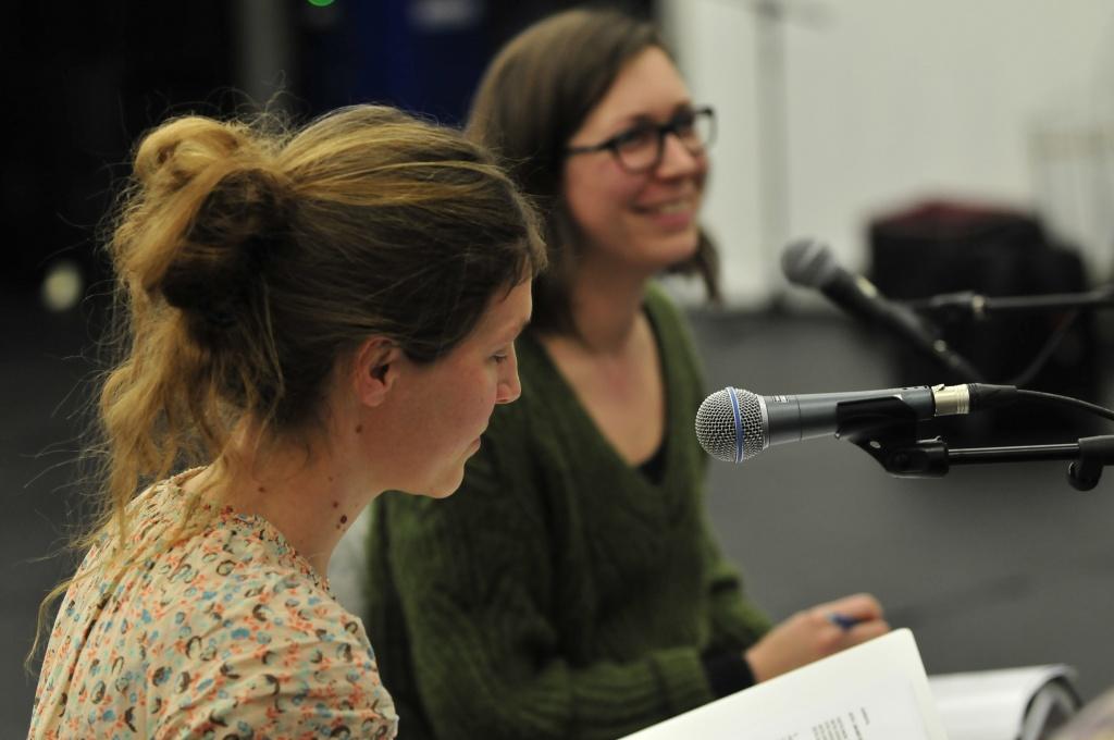 'De Mokkes', Veerle Slootmans en Ine Renson, een zangduo dat reeds in vele muzikale projecten hun muzikale en zangkwaliteiten liet zien en door een uitstekend acteur, Marc Bober. Emballage Kado XL dus.